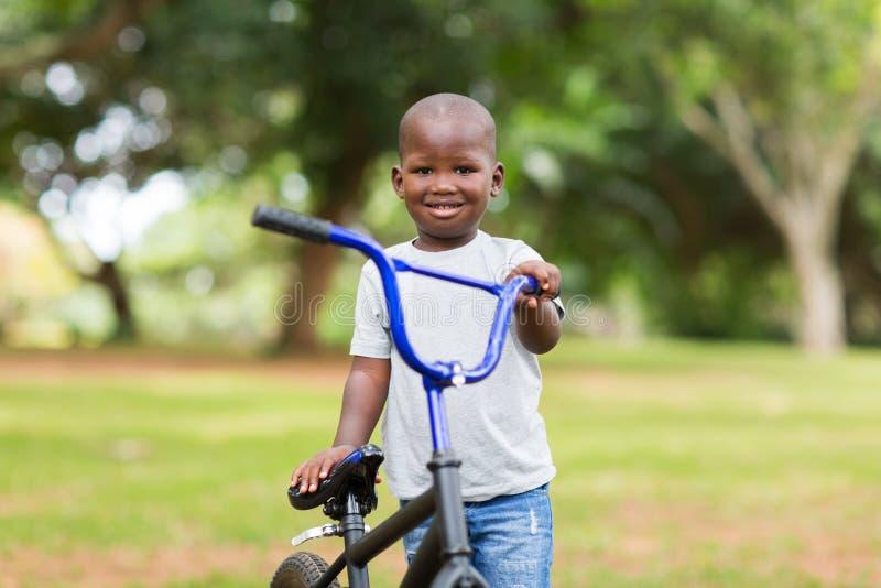 Bicyclette africaine de garçon image libre de droits