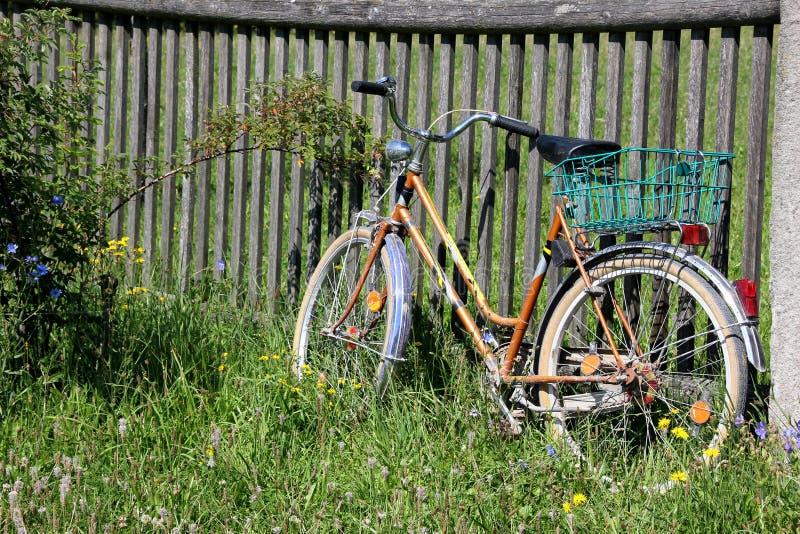 Bicyclette avec le panier sur la barrière image stock