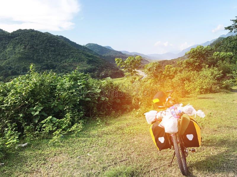 Bicyclette avec le parc de substance sur la vue verte photographie stock