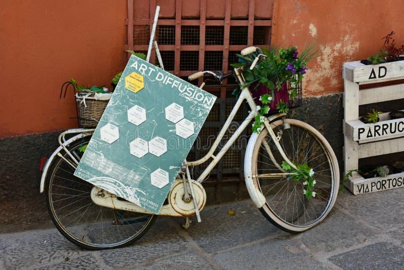 Bicyclette blanche de vintage, Cagliari, Sardaigne, Italie photos stock