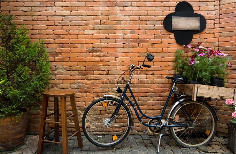 Bicyclette bleue avec la boîte en bois de fleurs photographie stock libre de droits