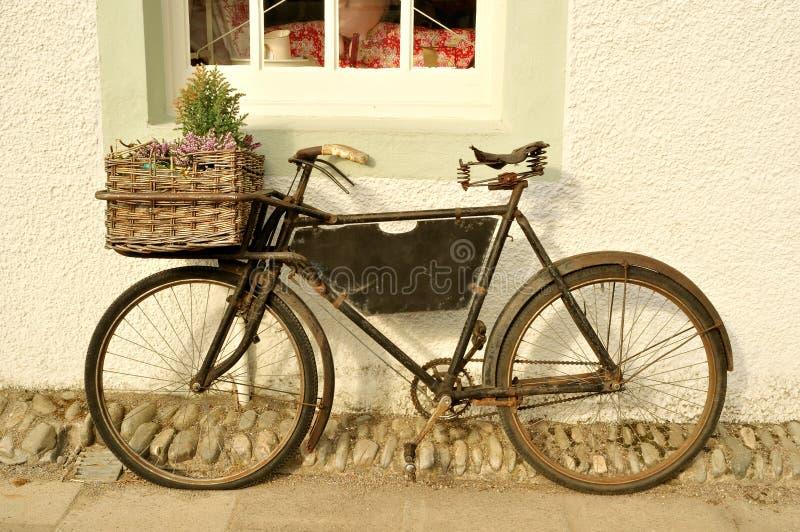 Bicyclette démodée de la distribution photographie stock libre de droits