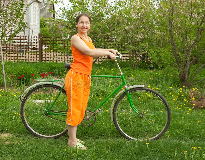 Bicyclette d'équitation de femme adulte image stock