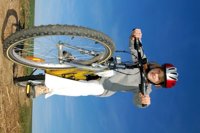Bicyclette d'équitation de fille photo stock