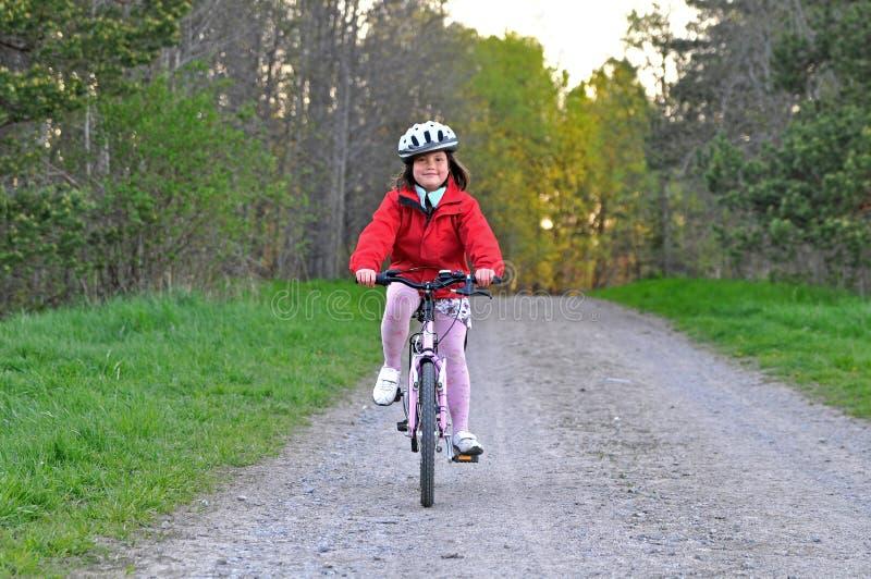 Bicyclette d'équitation de jeune fille images libres de droits