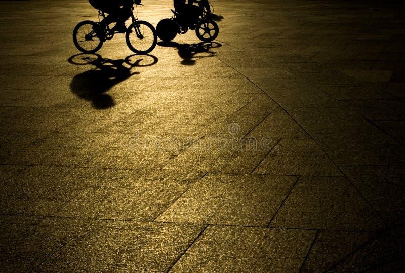 Bicyclette d'équitation de père et de fils image libre de droits