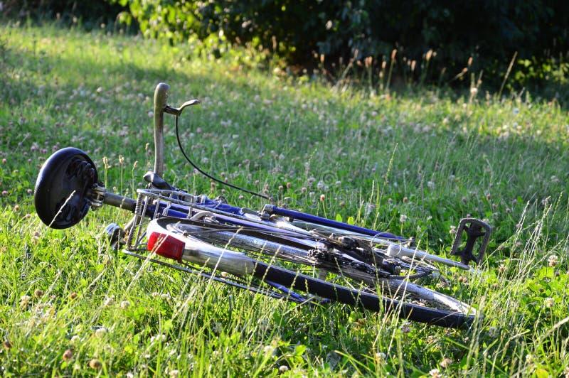 Bicyclette dans un domaine image stock