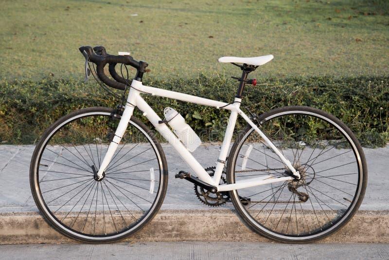 Bicyclette de blanc de vintage photo libre de droits