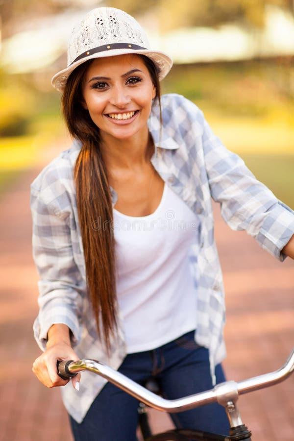 Bicyclette de femme dehors photographie stock libre de droits