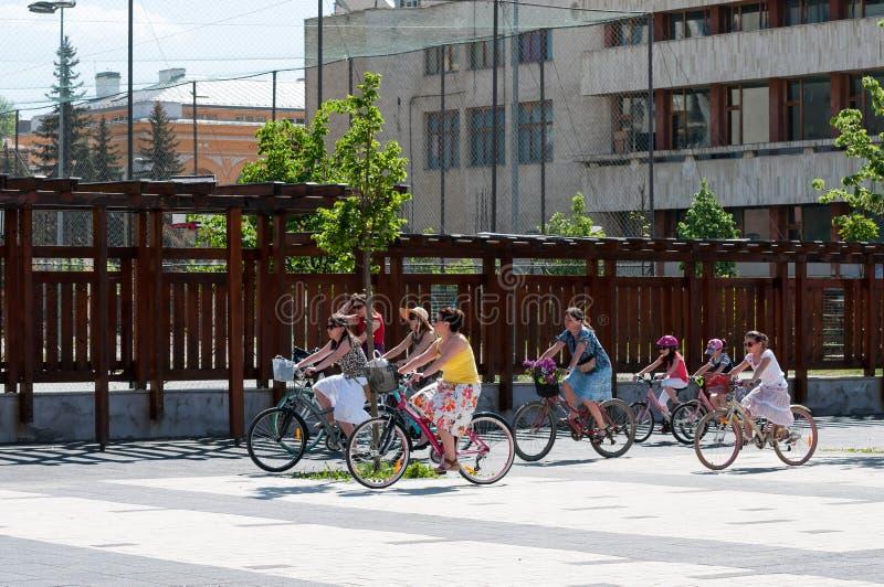 Bicyclette de monte de personnes au centre de la ville photo libre de droits