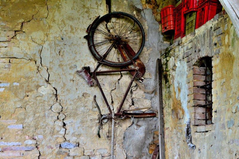 Bicyclette de mur image stock