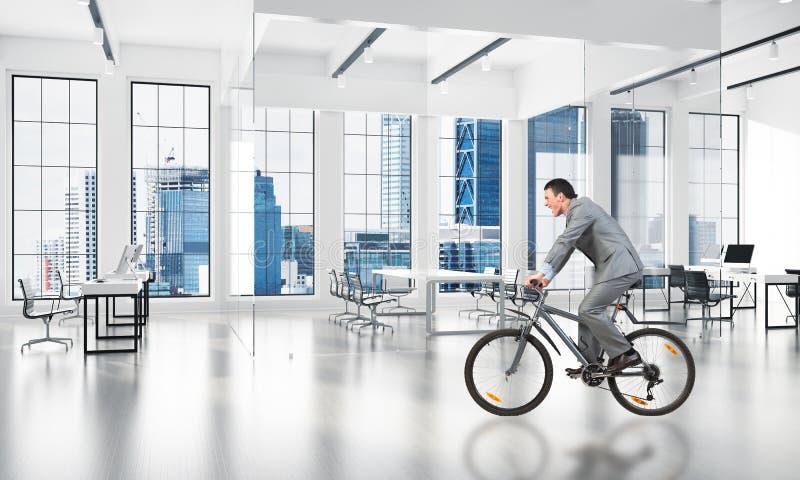 Bicyclette de port d'équitation de costume d'homme d'affaires images stock