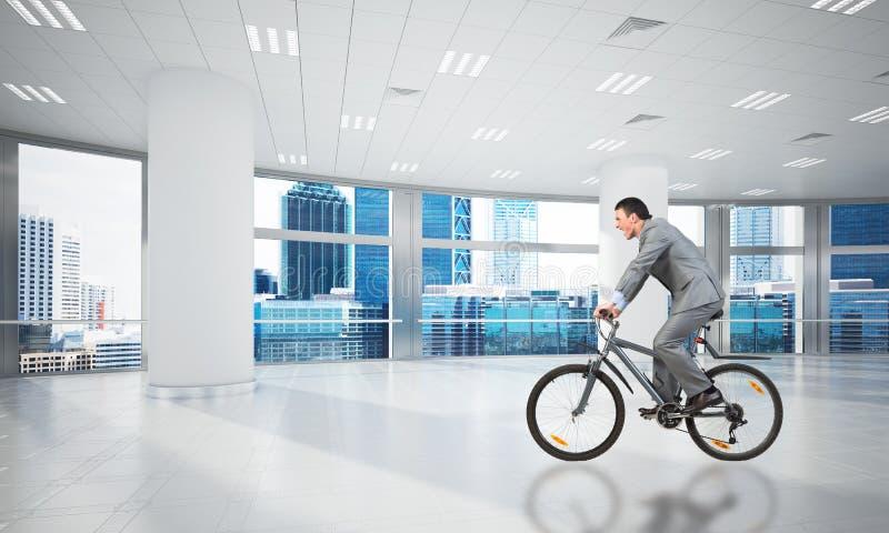 Bicyclette de port d'équitation de costume d'homme d'affaires image libre de droits