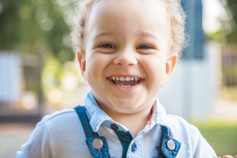 Bicyclette de sourire d'équitation de bébé garçon d'enfants extérieure photos stock