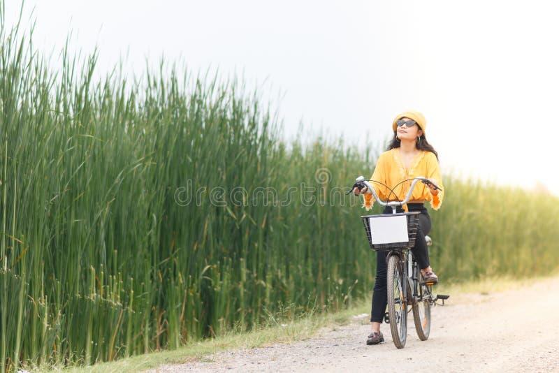 Bicyclette de tour de femme photographie stock libre de droits