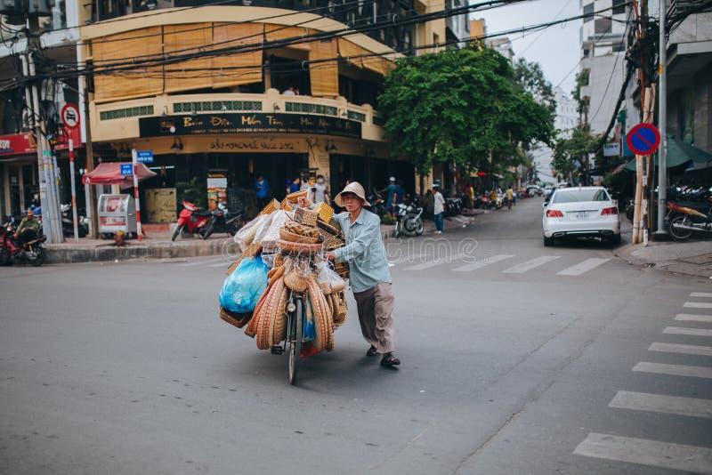 bicyclette de transport d'homme vietnamien avec des sacs et des paniers sur la route en Ho Chi Minh, Vietnam images libres de droits