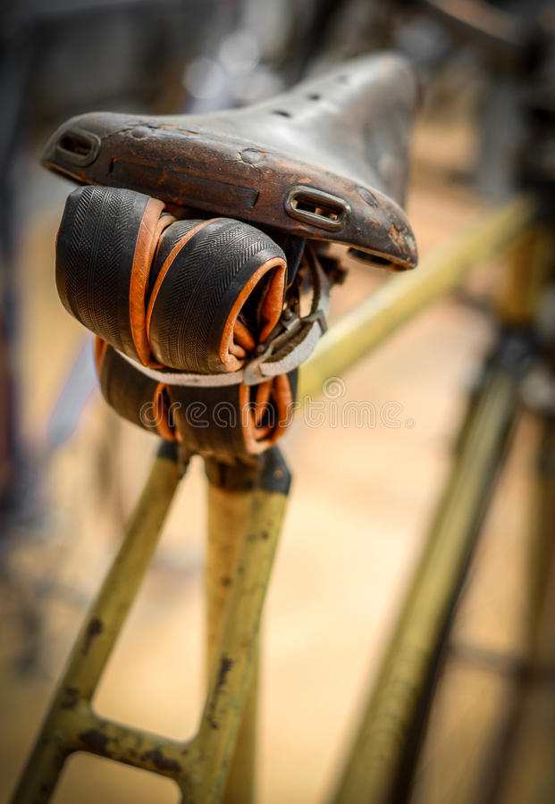 Bicyclette de vintage avec le tube photographie stock