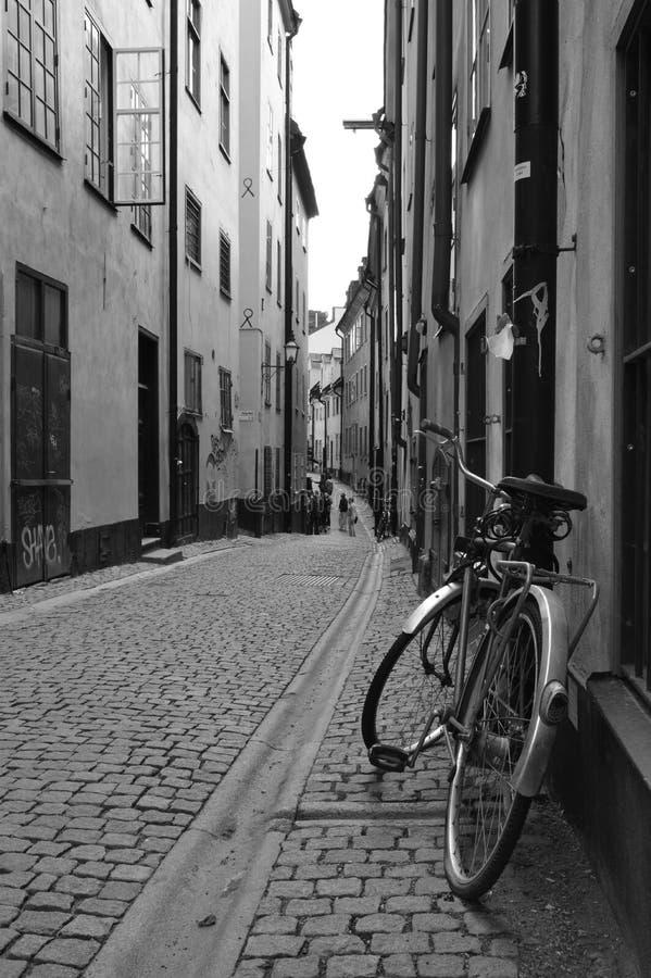 Bicyclette enchaînée sur une rue à Stockholm images stock