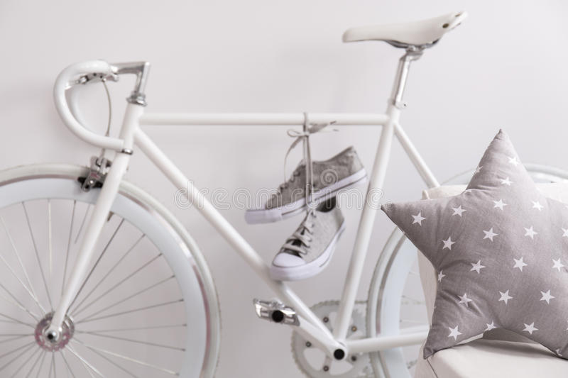 Bicyclette et espadrilles blanches images stock