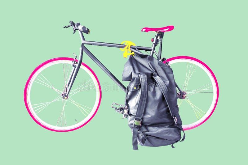 Bicyclette et sac à voyager Copiez l'espace Chemin de coupure photo stock