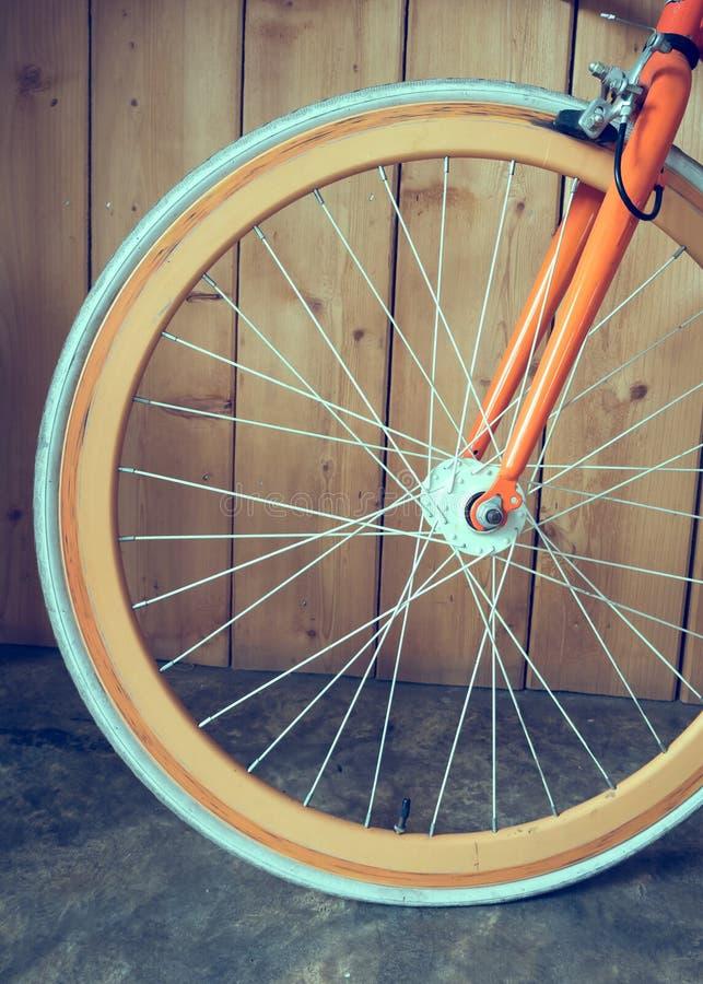 Bicyclette fixe de vitesse garée avec le mur en bois photos libres de droits