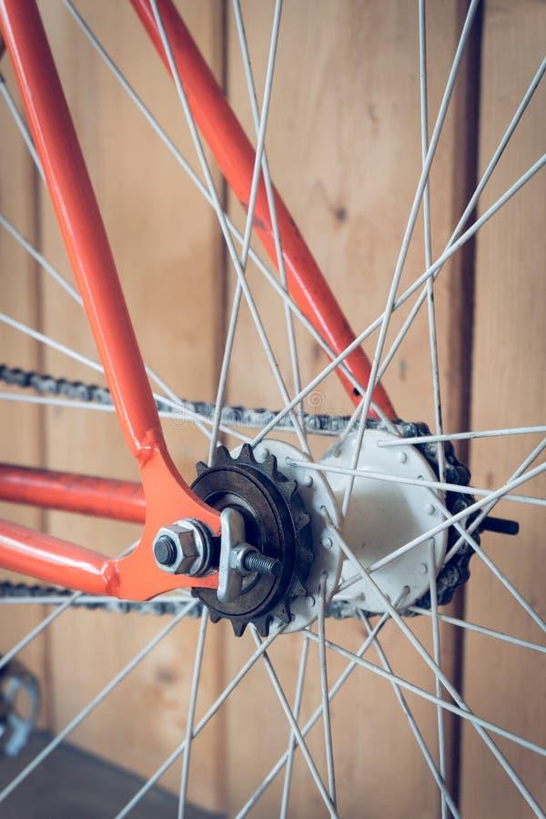 Bicyclette fixe de vitesse garée avec le mur en bois image stock