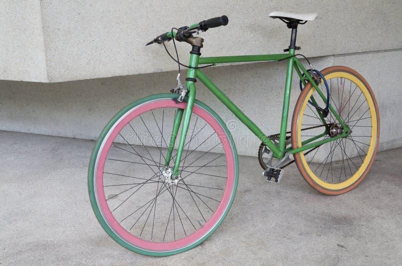 Bicyclette fixe verte de vitesse au bâtiment images libres de droits