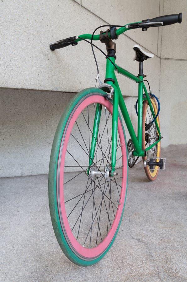 Bicyclette fixe verte de vitesse au bâtiment image libre de droits
