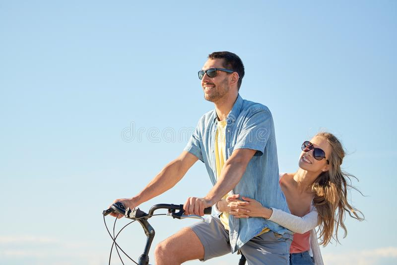 Bicyclette heureuse d'équitation de couples ensemble en été photo stock