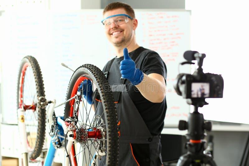 Bicyclette masculine d'homme de service de main de blogger images stock