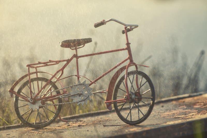 Bicyclette rouge de vintage sous la pluie photo stock