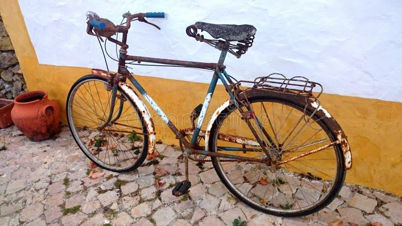 Bicyclette rouillée photographie stock libre de droits