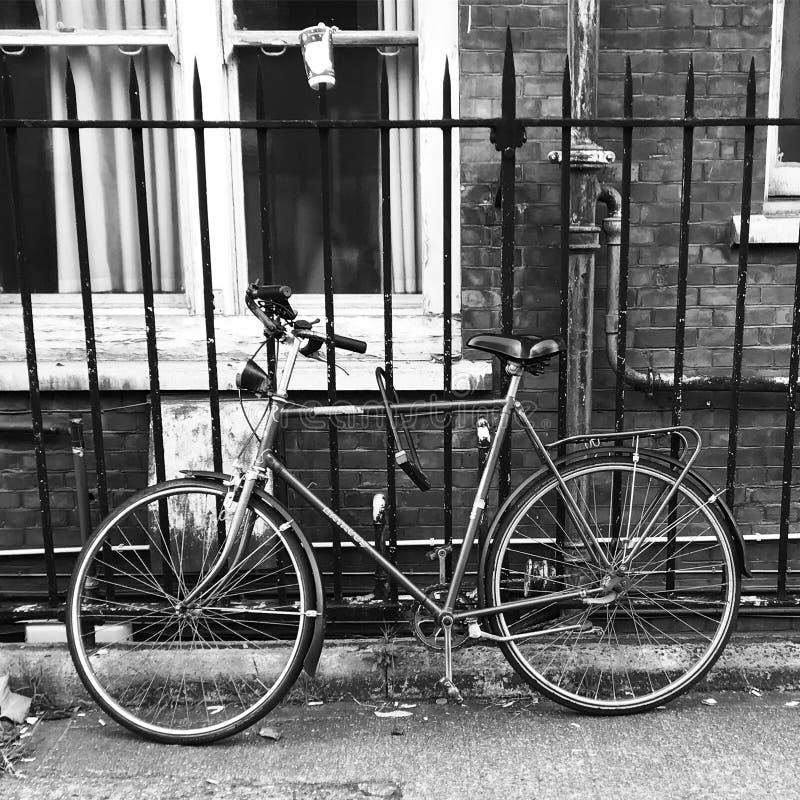 Bicyclette se penchant sur la barrière photo stock