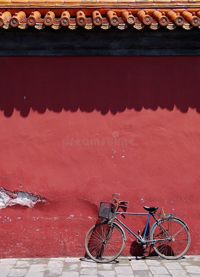 Bicyclette sous le vieux mur images stock