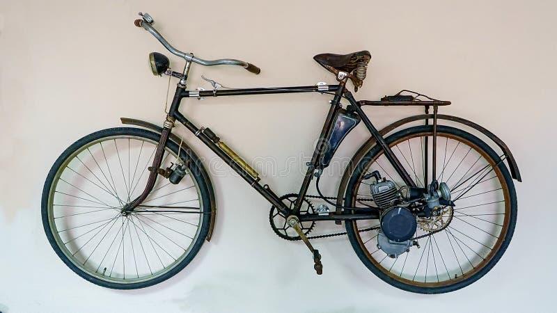 Bicyclette soviétique de cru avec un moteur extérieur sur le fond blanc d'isolement Vitesse du vélo jusqu'à 30 km/h photo libre de droits