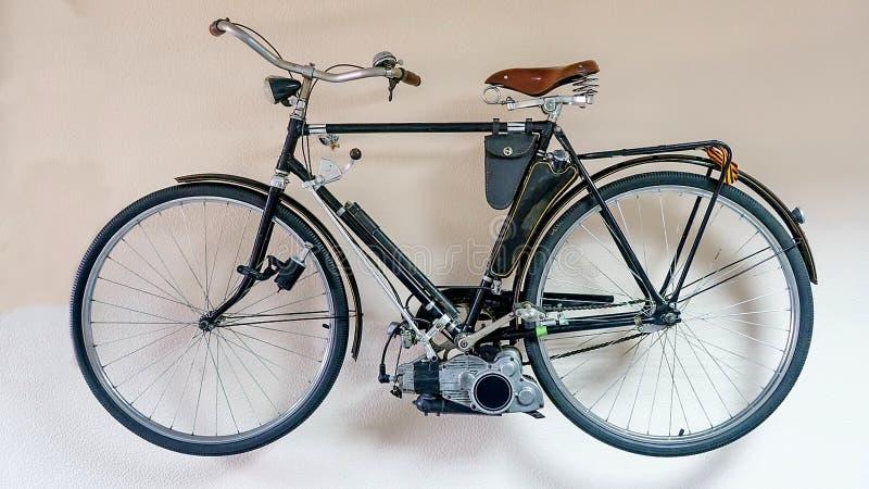 """Bicyclette soviétique de cru avec un produit 1954-1955 de """"Irtysh """"de moteur extérieur sur le fond blanc d'isolement photographie stock"""