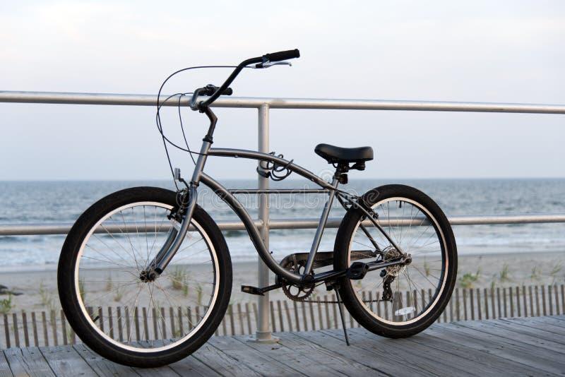 Bicyclette sur la promenade de ville d'océan images stock