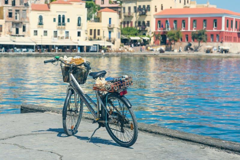 Bicyclette sur le quai du vieux port vénitien sur le fond de ville de Chania Île de Crète photo libre de droits