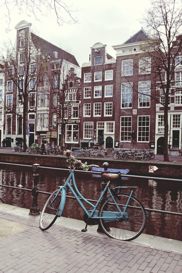 Bicyclette sur un pont à Amsterdam rétro photographie stock libre de droits