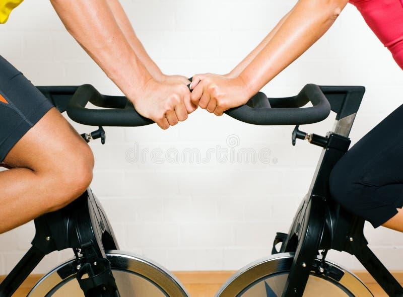 Bicyclette tournant en gymnastique image libre de droits
