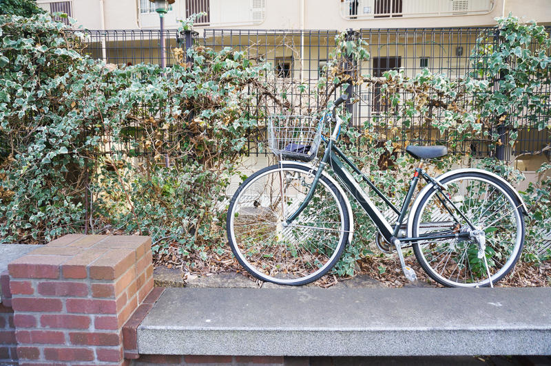 Bicyclette verte à l'appartement photographie stock