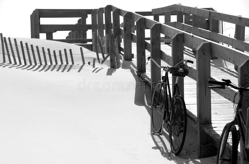 Bicyclettes à la plage image libre de droits