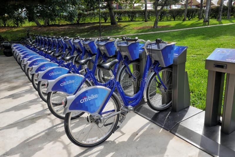 Bicyclettes bleues de Citibike pour la location sur la station image stock