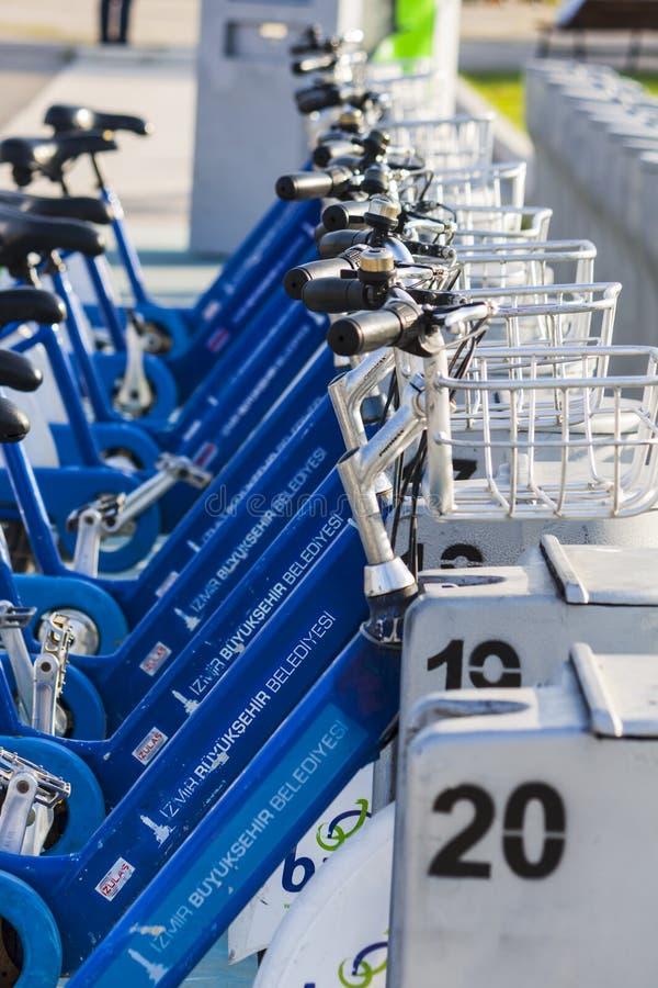 Bicyclettes bleues pour l'utilisation publique à Izmir Turquie photo libre de droits