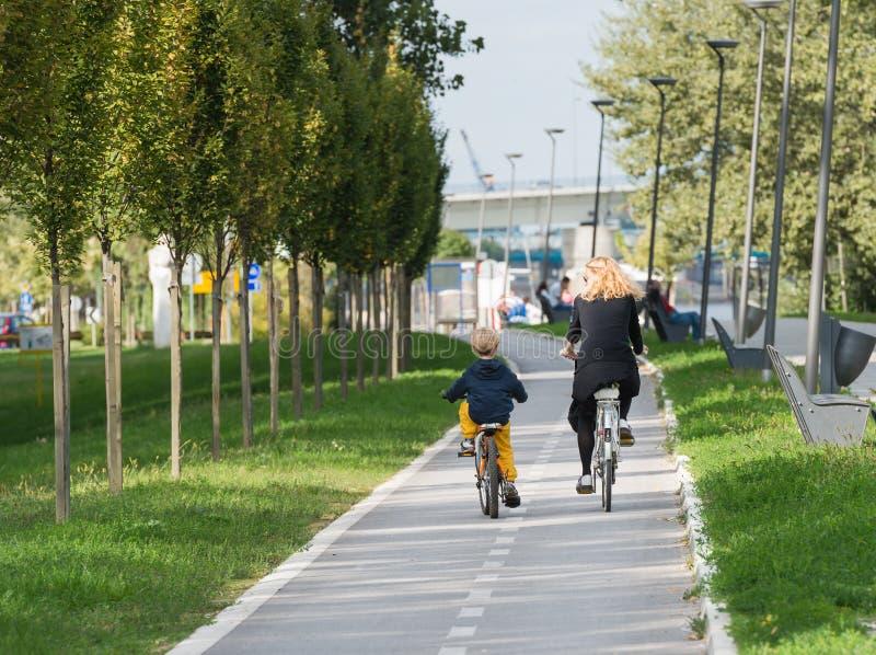 Bicyclettes d'équitation de famille photo libre de droits