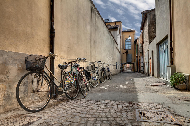 Bicyclettes dans la vieille allée image stock