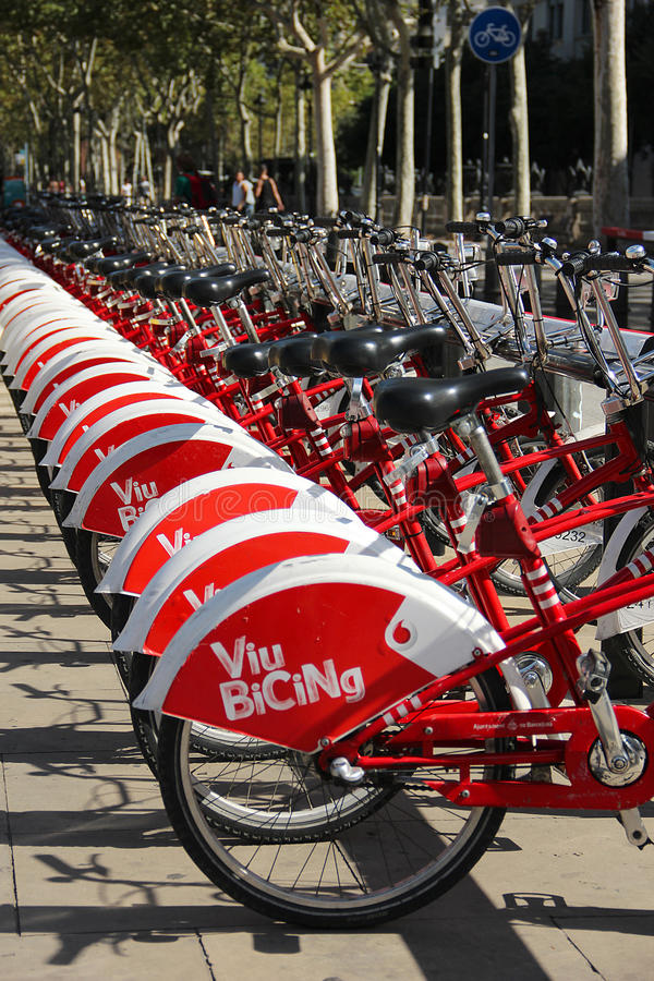 Download Bicyclettes De Location à Barcelone Photo stock éditorial - Image du vert, lifestyle: 45358728