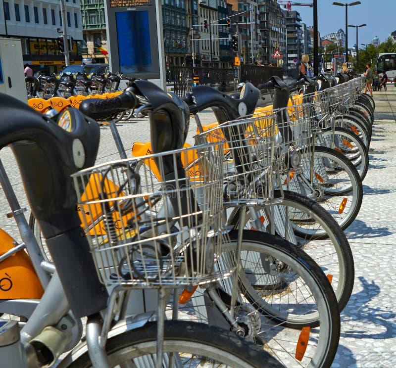 Bicyclettes de Villo garées dans la bicyclette partageant la station sur la rue Transport en commun à Bruxelles images stock