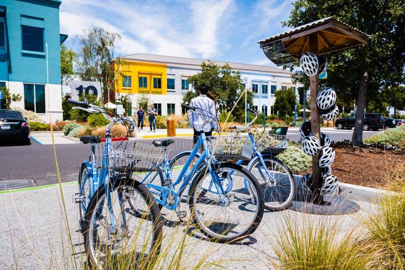 Bicyclettes devant un des bâtiments à l'intérieur du campus de canalisation du ` s de Facebook photographie stock libre de droits
