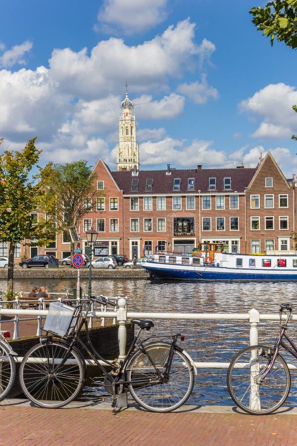 Bicyclettes et bateau bleu aux canaux de Haarlem photo stock